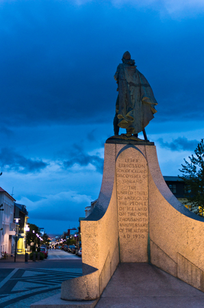 descubridor: Leifr Eiricsson monument in city of Reykjavik at twilight, Iceland