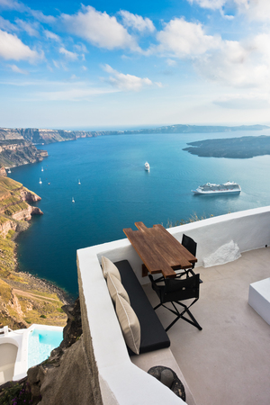 カルデラ ビューと火山島周り、ギリシャのサントリーニ島に停泊しているクルーザー