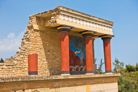 Entrée nord du palais de Knossos décorée de fresques de taureaux, située près du port d'Héraklion, île de Crète, Grèce Banque d'images