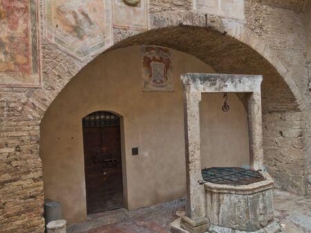 Alt sowie ein architektonisches Detail aus den Straßen von San Gimignano in der Toskana, Italien