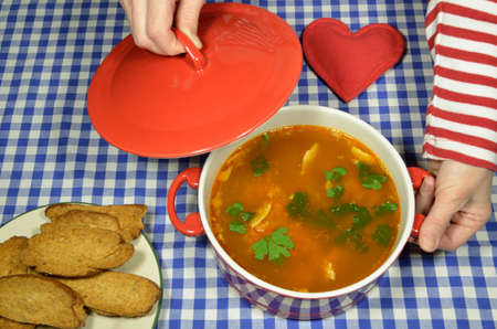 melba: Sopa de pescado en una cazuela con tostadas Melba