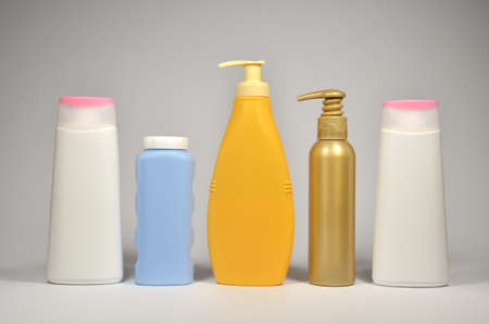 envases plasticos: Different plastic containers for different cosmetic products Foto de archivo