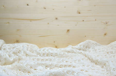 tejido de lana: Knitted white woolen fabric with pine wooden surface for copy text