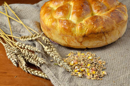 sacco juta: Caldo fatto in casa insieme pane sul sacco di iuta con spighe di grano e cereali secchi Archivio Fotografico