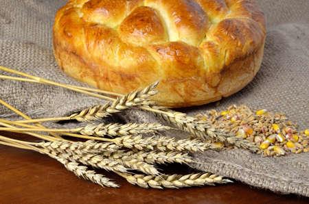 sacco juta: casa deliziosa fatta insieme pane sul sacco di iuta con spighe di grano secco e grano e cereali Archivio Fotografico