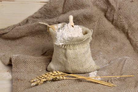 sacco juta: sacco di iuta con con farina di grano intero