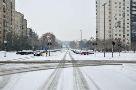 estado del tiempo: Cruce de dos calles de la ciudad cubierta de nieve Foto de archivo