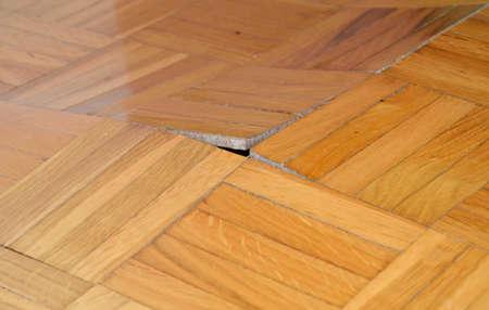 Geruïneerd houten vloer door vocht en water.