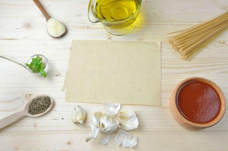 aceite de cocina: Ingredientes - pastas, especias, hierbas, salsa de tomate y aceite de oliva - para preparar espaguetis con papel reciclado en blanco para la receta