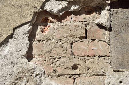 broken wall: Pared quebrada con las grietas y la superficie de ladrillo viejo