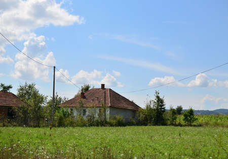 campesinas: Solitaria casa campesina antigua en el centro de Serbia