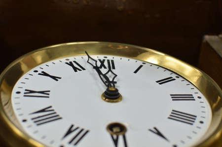 arredamento classico: Orologio in stile vintage o retrò mostrando mezzanotte o mezzogiorno Archivio Fotografico