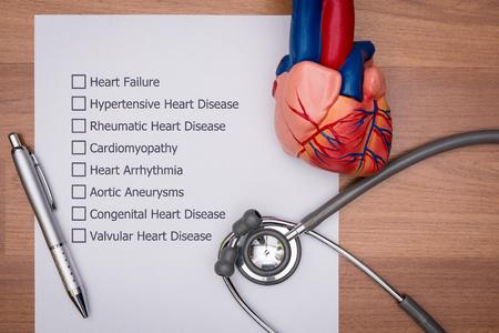 의사가 환자의 심장에있는 질병을 진단하고 있습니다.