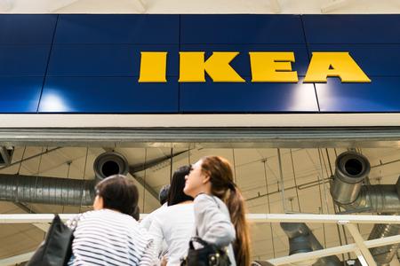 IKEA Bangna Store, Bangkok, Thailand - 5 augustus 2017: Veel mensen die aankomen bij IKEA Bangna Store om te winkelen. IKEA heeft slechts twee vestigingen in Thailand. Redactioneel