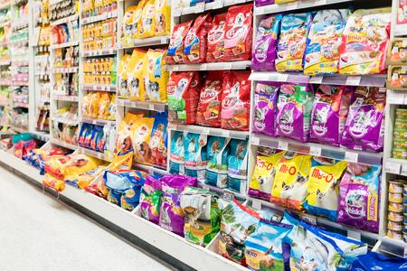 バンコク、タイ - 2017 年 8 月 13 日: 飼料部門はスーパー マーケットに。