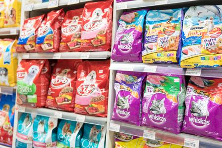バンコク、タイ - 2017 年 8 月 13 日: スーパー マーケットで棚の動物用飼料。