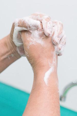 Verpleegster uitvoeren chirurgische handwas, Voorbereiding naar de operatiekamer. Gesloten handen.