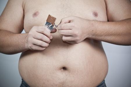 pancia grassa: Uomo grasso con il cioccolato Archivio Fotografico