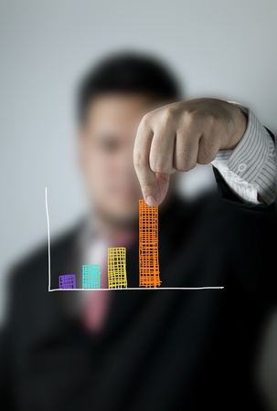 grafica de barras: Hombre de negocios tirando de una barra de un gr�fico