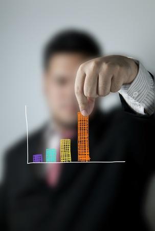 Zakenman trekken een bar van een grafiek