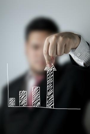 Hombre de negocios tirando de una barra de un gráfico