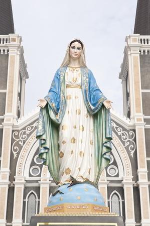 virgen maria: Las estatuas de las Santas Mujeres en la Iglesia Cat�lica Romana