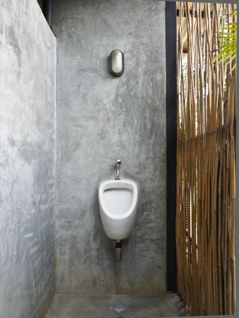 Witte keramische sanitair in toilet buiten