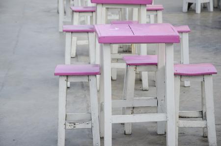 silla de madera: Silla de madera color de rosa