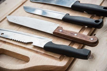 cuchillo de cocina: Primer plano de cuchillo de cocina Cuatro en una madera