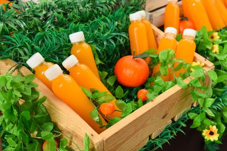 vaso de jugo: zumo de naranja recién exprimido se vende en botellas de plástico
