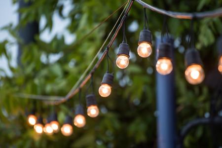 ao ar livre: Pendurando luzes decorativas de Natal para uma cerimônia de casamento Imagens