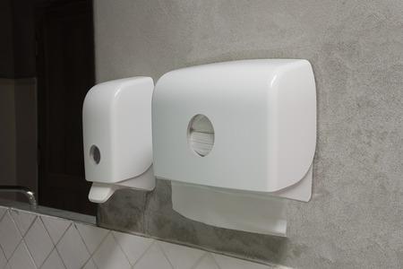 Flüssigseifenspender Pumpen und Papierspender in der öffentlichen Toilette Standard-Bild