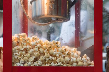 palomitas de cerca en la máquina de palomitas de maíz