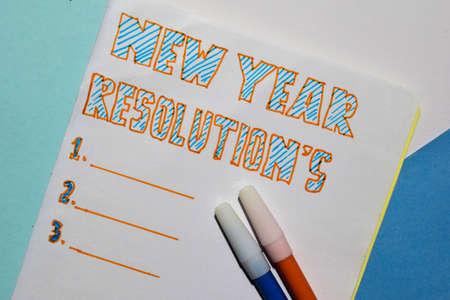 Vista superior de la lista de texto de Resoluciones de Año Nuevo con marcador y anteojos para maquetas de presentación de negocios para agregar su lista