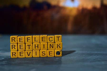 Reflektieren – Überdenken – Überarbeiten von Holzklötzen. Kreuzverarbeitetes Bild mit Bokeh-Hintergrund