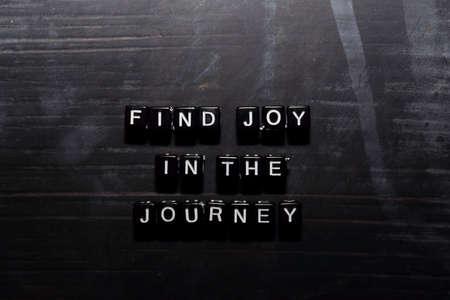 Trouvez de la joie dans le voyage sur des blocs de bois. Concept d'éducation, de motivation et d'inspiration