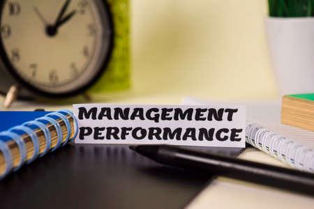 Performance de gestion sur le papier isolé sur son bureau. Concept d'entreprise et d'inspiration Banque d'images