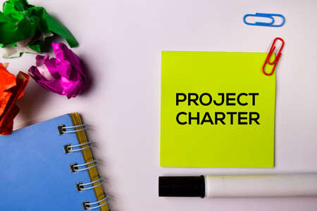 Charte de projet sur des notes autocollantes isolées sur fond blanc.