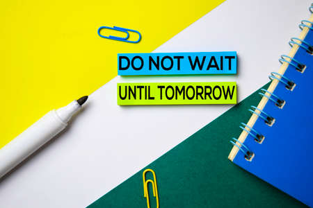 No espere hasta mañana texto en notas adhesivas con concepto de escritorio de oficina Foto de archivo