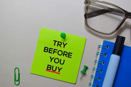 Pruebe antes de comprar texto en notas adhesivas aisladas en el escritorio de la oficina