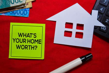 Whats Your Home Worth? on sticky Notes isolated on office desk. Stockfoto
