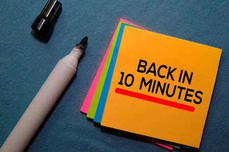 Back in 10 Minutes on sticky notes isolated on Office Desk Zdjęcie Seryjne
