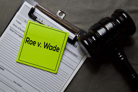 Roe v. Wade on sticky notes and gavel isolated on office desk. Law concept Zdjęcie Seryjne