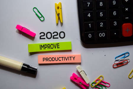 2020 Improve Productivity text on sticky notes isolated on office desk Stockfoto