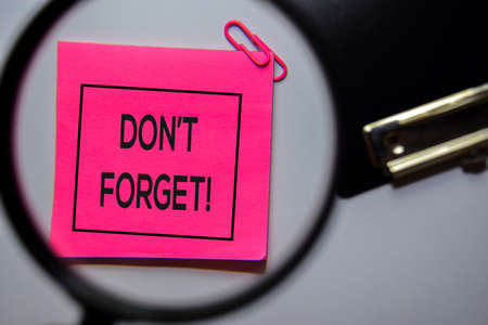 Dont Forget text on sticky notes isolated on office desk Stockfoto