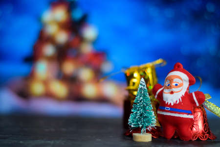 Close up decoration santa claus dolls and christmas gifts isolated on bokeh background Stockfoto - 134262284