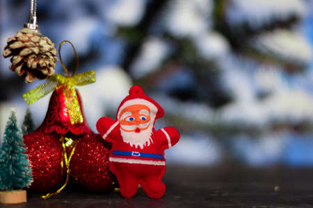 Close up decoration santa claus dolls and christmas gifts isolated on bokeh background Stockfoto - 134262287