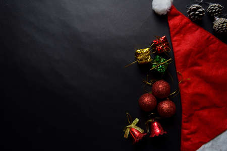 Santa Claus red hat and Decorative Christmas gifts isolated on black background Stockfoto