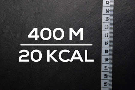 Text 400 M - 200 KCAL write on black table. Stockfoto