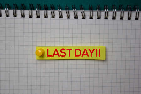 Last Day!! write on a sticky note isolated on green background. Stockfoto